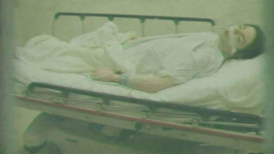 Michael Jackson em maca hospitalar em 25/06/2009, em reprodução de vídeo durante o primeiro dia do julgamento do médico Conrad Murray, em Los Angeles