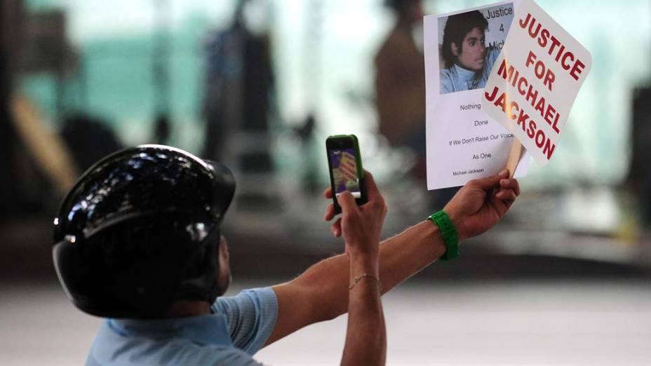 Fã em frente a Corte Superior de Los Angeles, no segundo dia de julgamento da morte de Michael Jackson