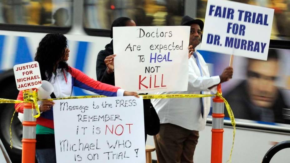 Pessoas protestam em frente a Corte Superior de Los Angeles, no segundo dia do julgamento do médico Conrad Murray pela morte de Michael Jackson