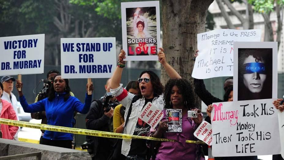 Pessoas protestam em frente a Corte Superior de Los Angeles, no terceiro dia do julgamento do médico Conrad Murray pela morte de Michael Jackson
