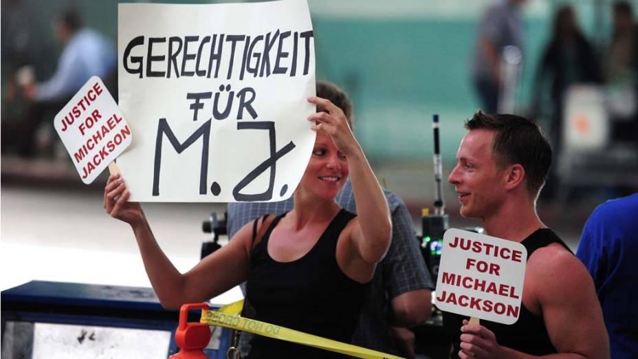 Pessoas protestam em frente a Corte Superior de Los Angeles, no quarto dia do julgamento do médico Conrad Murray pela morte de Michael Jackson