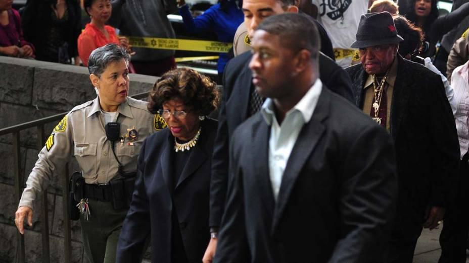 Katherine e Joe Jackson chegam para o quarto dia do julgamento do médico Conrad Murray, pela morte de Michael Jackson, em Los Angeles