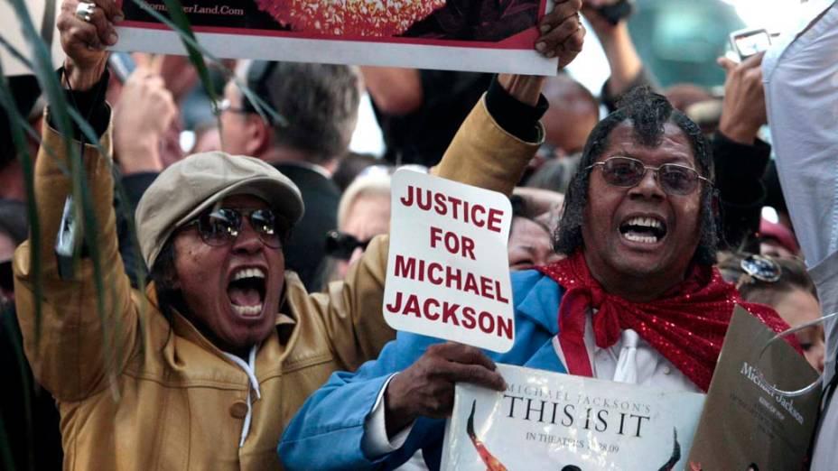 Em Los Angeles, fãs de Michael Jackson comemoram após a leitura do veredicto no julgamento do médico Conrad Murray, declarado culpado pela morte de Michael Jackson