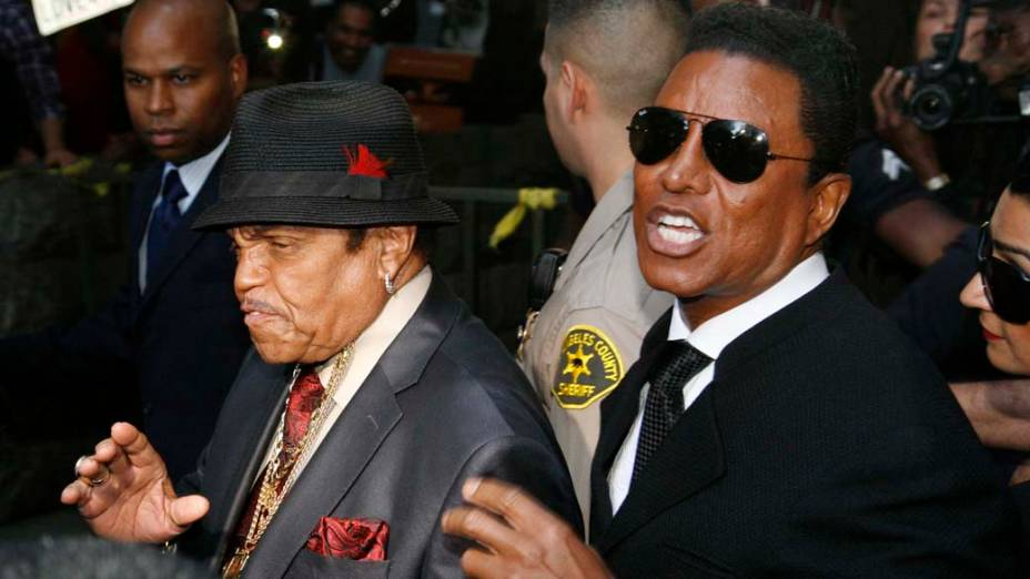 Joe e Jermaine Jackson após a leitura do veredicto no julgamento do médico Conrad Murray, declarado culpado pela morte de Michael Jackson, em Los Angeles
