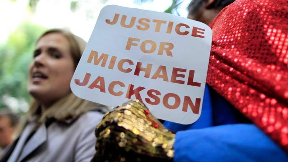 Fãs após a leitura do veredicto no julgamento do médico Conrad Murray, declarado culpado pela morte de Michael Jackson, em Los Angeles