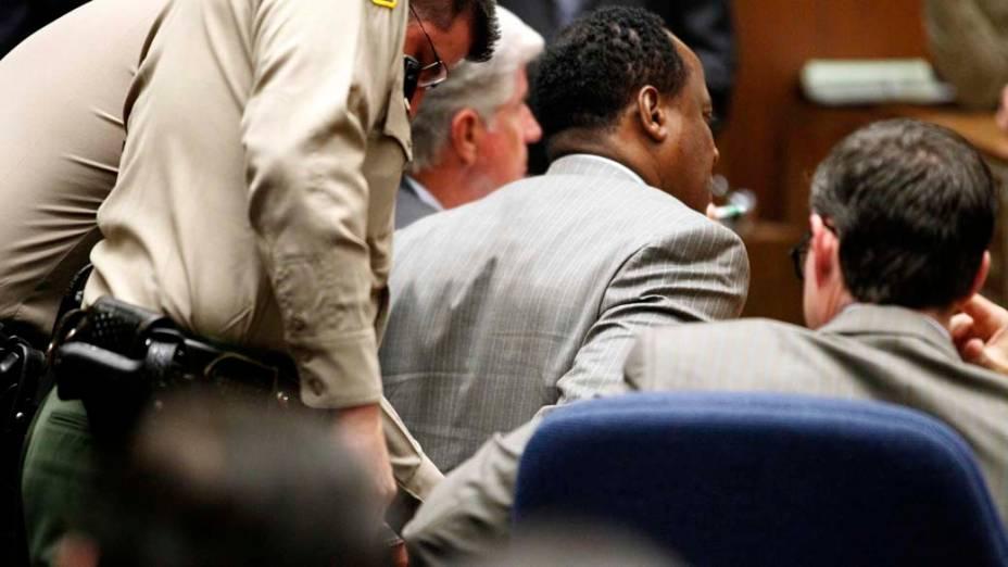 O médico Conrad Murray é algemado após a leitura do veredicto no seu julgamento, que o declarou culpado pela morte de Michael Jackson, em Los Angeles