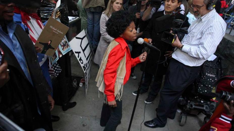 Garoto vestido de Michael Jackson se apresenta fora do tribunal, durante o julgamento do médico Conrad Murray, declarado culpado pela morte de Michael Jackson, em Los Angeles