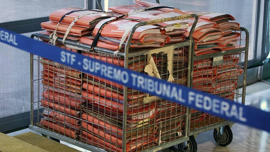 Pilha de documentos no plenário do STF, durante julgamento do mensalão, em 06/08/2012