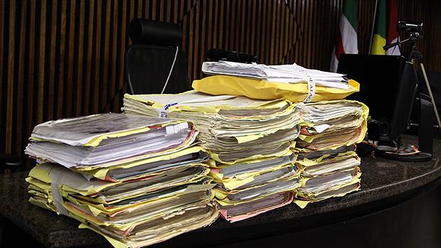 Pilha de processos do caso da morte de PC Farias, ocorrida em 23 de junho de 1996