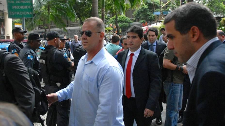 Segurança protege a entrada dos cartolas no STJD, no Rio