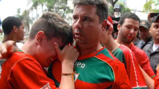 Torcedores da Portuguesa choram após a confirmação do rebaixamento da equipe no STJD