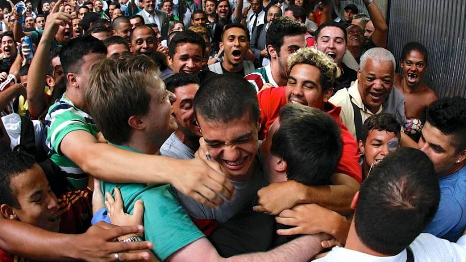 Torcedores do Fluminense comemoram a decisão do STJD