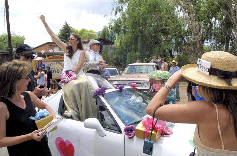 Habitantes da cidade de Arroyo Seco, no estado americano de Novo México, encarnam Julia e seu marido Daniel Moder em parada no Dia de Independência nacional. Eles se casaram ali em 2002.