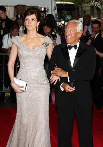 Acompanhada pelo estilista italiano Giorgio Armani, a atriz compareceu ao evento Superheroes: Fashion and Fantasy no Metropolitan Museum of Art em Nova York em 2008.
