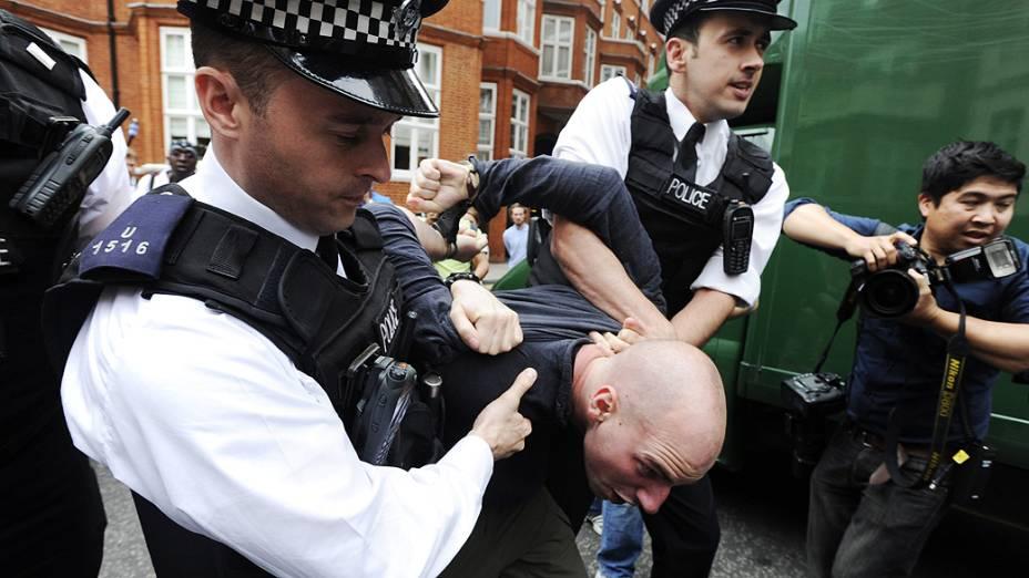 Polícia britânica detém manifestante pró-Assange nesta quinta-feira (16) em frente à embaixada equatoriana em Londres
