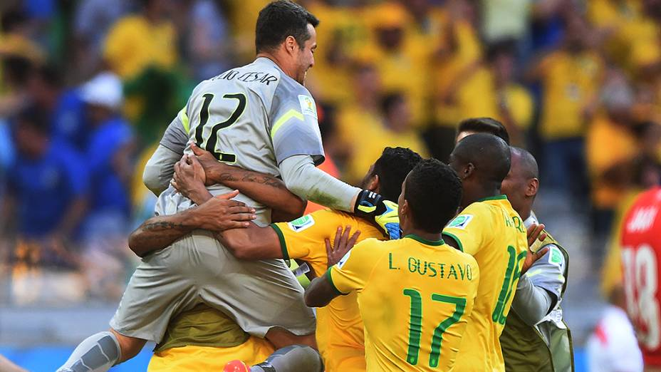 Júlio César comemora com os jogadores do Brasil a vitória sobre o Chile