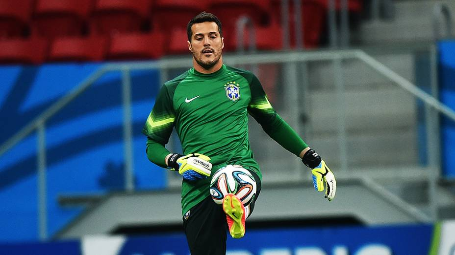 O goleiro da Seleção Brasileira, Júlio César, durante o treino deste domingo (22), em Brasília