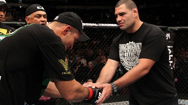 Júnior Cigano (à esq) comprimenta Cain Velasquez no UFC 131, depois do brasileiro vencer o americano Shane Carwin