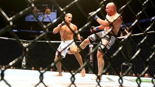 Júnior Cigano (à esq.) venceu o americano Shane Carwin por decisão dos juízes no UFC 131, em junho