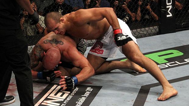 Júnior Cigano (de calção branco) venceu Shane Carwin no UFC 131, em junho de 2011