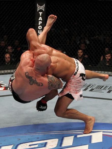 Júnior Cigano (calção branco) venceu o americano Shane Carwin por decisão dos juízes no UFC 131, em junho