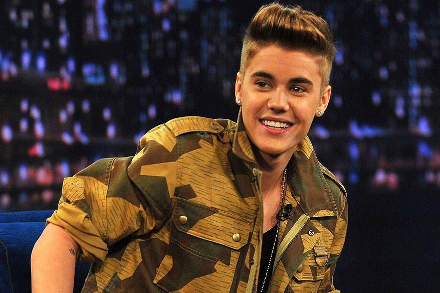 O cantor Justin Bieber sendo entrevistado no programa 'Late Night With Jimmy Fallon', em 2013