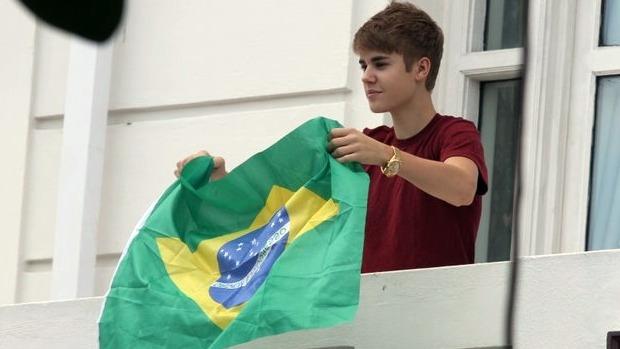 Bieber e a bandeira de cabeça para baixo: acenos para os fãs