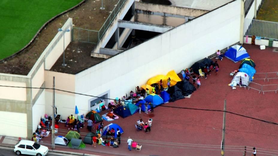 Camping em frente ao Engenhão: centenas de fãs aguardam a espera dos portões para o show de quarta-feira