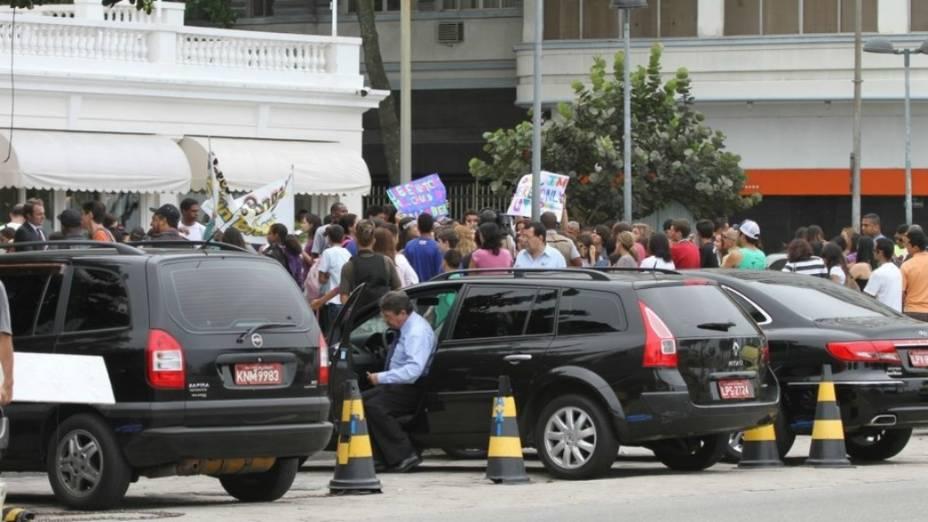 Fãs de Justin Bieber em frente ao Copacabana Palace