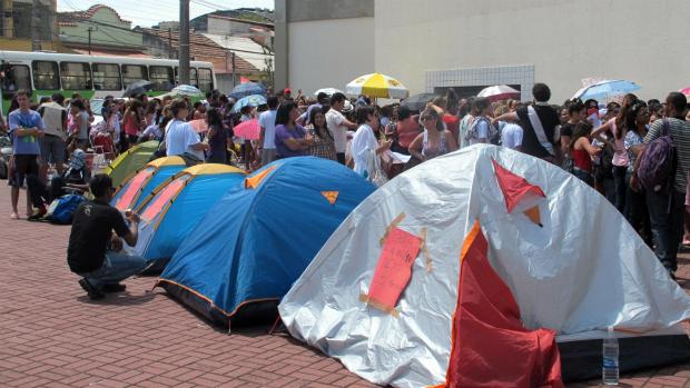 Fãs de Justin Bieber aguardando abertura dos portões do Estádio do Engenhão, na zona norte do Rio<br>