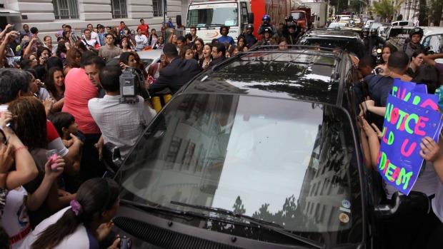 Tumulto no Copacabana Palace na saída de Justin Bieber: fãs enlouquecidas