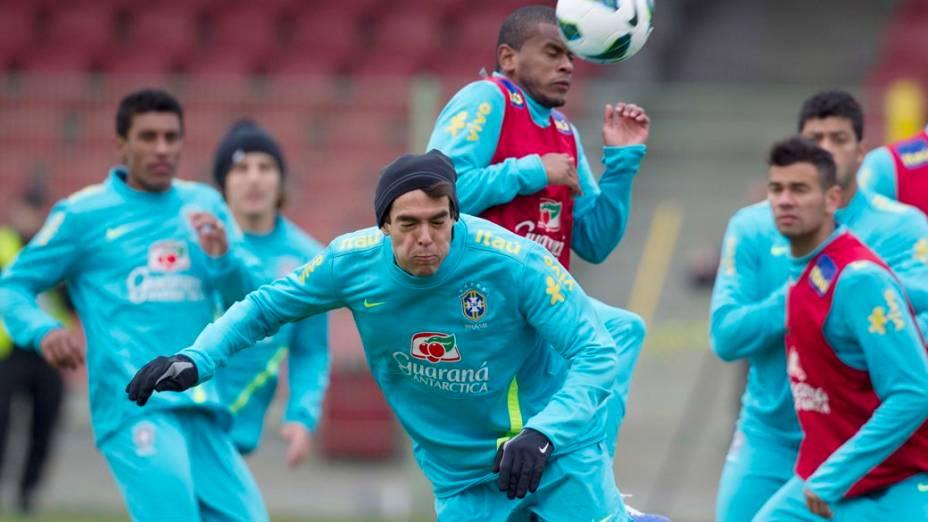 Kaká, de gorro e luvas, no treino de bolas paradas da seleção na Polônia