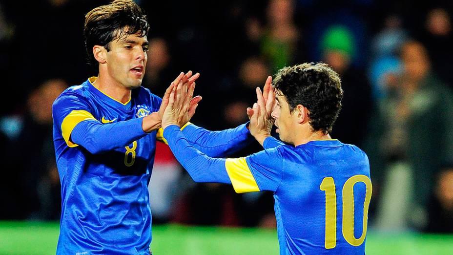 Oscar celebra seu gol com Kaká durante o jogo contra o Iraque