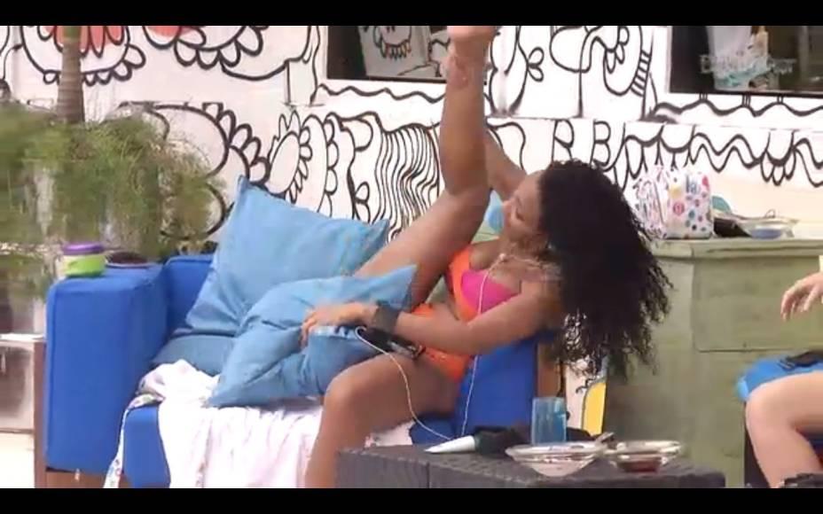 Aline imita Beyoncé enquanto Kamilla canta à beira da piscina no BBB 13