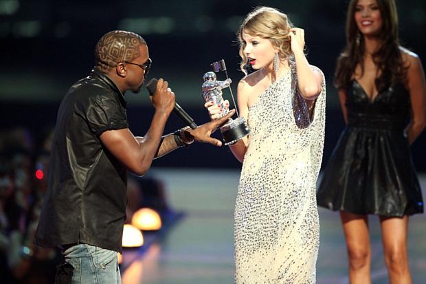 West supreende Taylor durante premiação