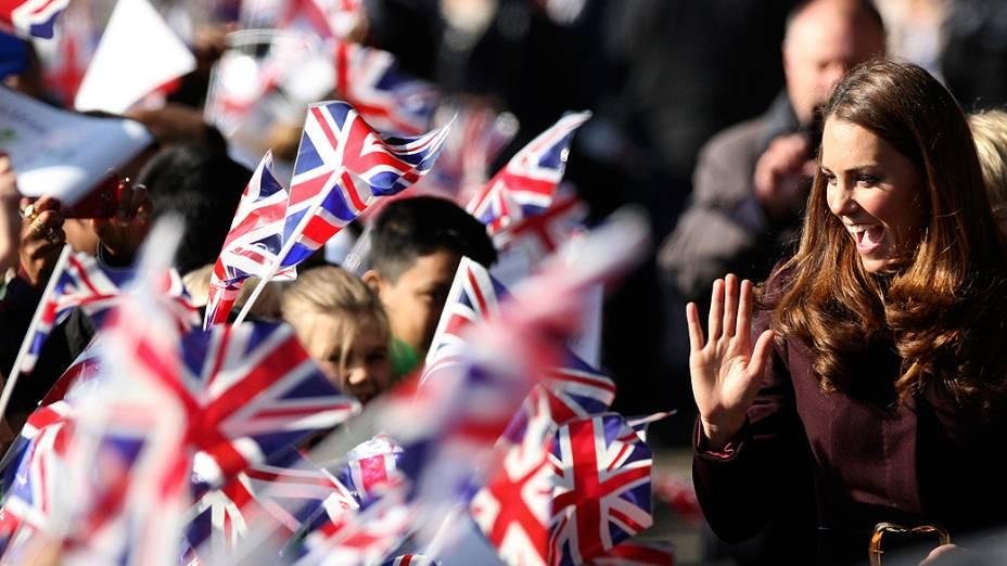 Kate Middleton acena para alunos durante visita em Newcastle, Reino Unido