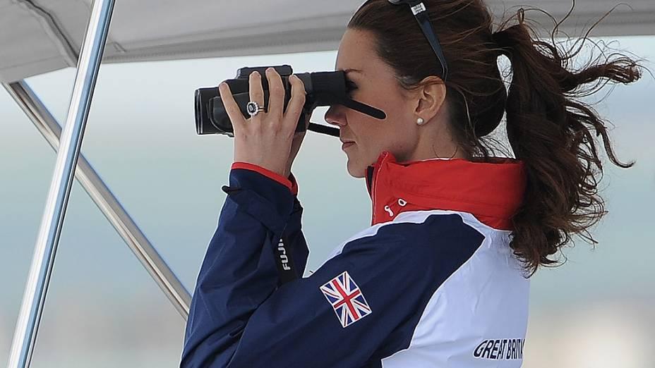 A Duquesa de Cambridge, Kate Middleton, usa um binóculo para ver a prova iatismo, na naía de Weymouth e Portland