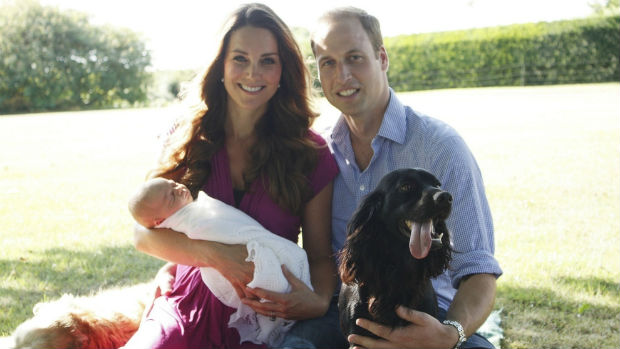 Primeira imagem oficial do príncipe William e Kate Middleton com o filho, George, em 2013