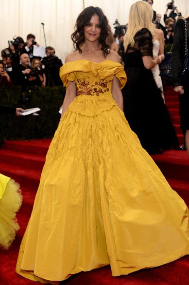Katie Holmes e seu bufante vestido amarelo da grife Marchesa