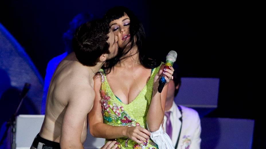Katy Perry e o fã Júlio César de Salvo, conhecido como Júlio de Sorocaba, durante o show no palco Mundo, no primeiro dia do Rock in Rio, em 23/09/2011