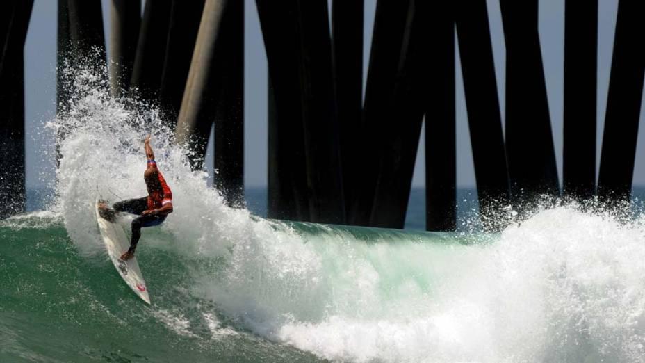 O campeão mundial de surfe Kelly Slater participa da competição US Open of Surfing na Califórnia. O evento comemora este ano sua 51° edição e está sendo realizado no píer da praia de Huntington, considerado o berço do esporte