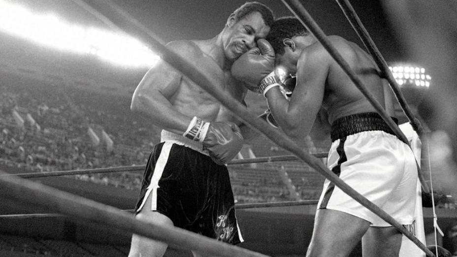 Ken Norton (à esq.) enfrenta Muhammad Ali no Yankee Stadium, em setembro de 1976