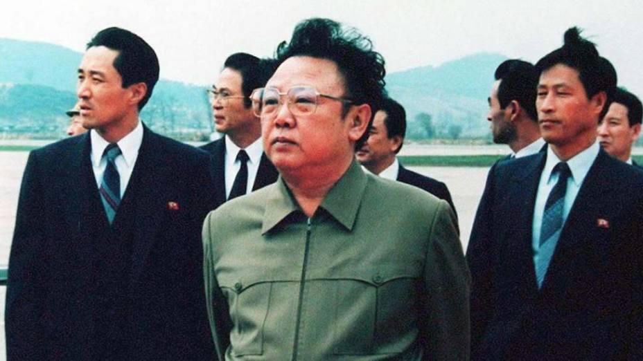 O ditador norte-coreano Kim Jong-Il na pista do Aeroporto de Pyongyang após uma visita do então presidente chinês, Yang Shangkun, em abril de 1992