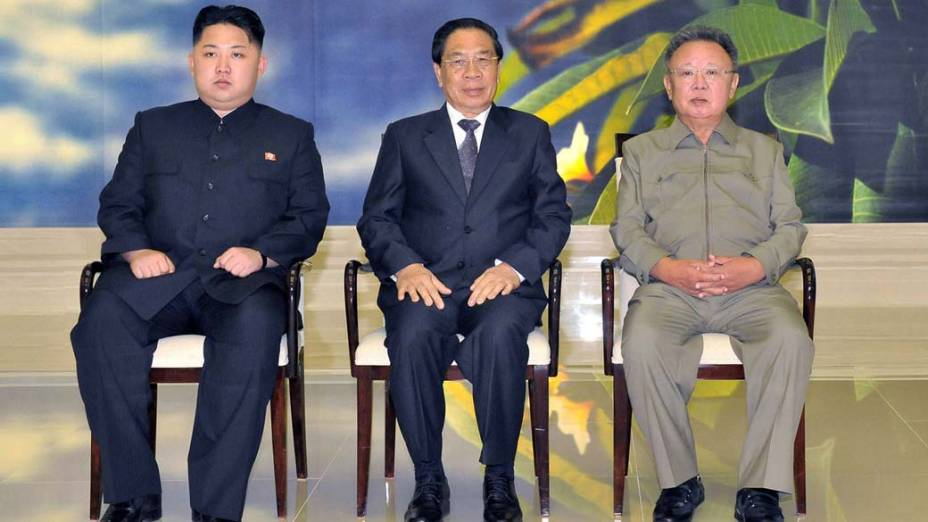 Kim Jong-un, filho do líder norte-coreano, Choummaly Sayasone,o presidente do Laos, e Kim Jong-Il durante reunião em Pyongyang, Coreia do Norte, setembro de 2011