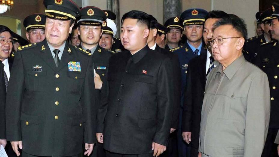 O ditador norte-coreano Kim Jong-Il e seu filho Kim Jong-un durante encontro com militares chineses, em Pyongyang, outubro de 2010
