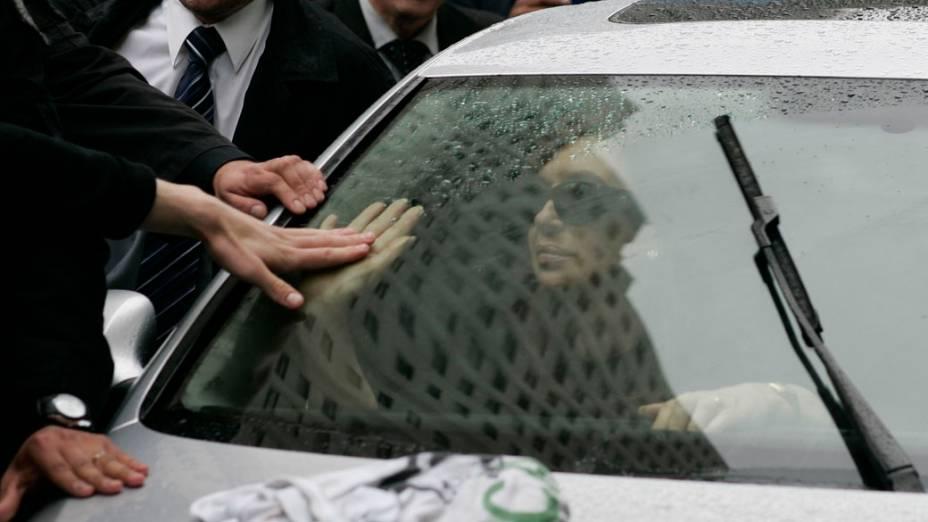 Cristina Kirchner, presidente da Argentina, acompanha o carro funerário que leva o corpo de seu marido, Néstor Kirchner, para Santa Cruz, onde será enterrado
