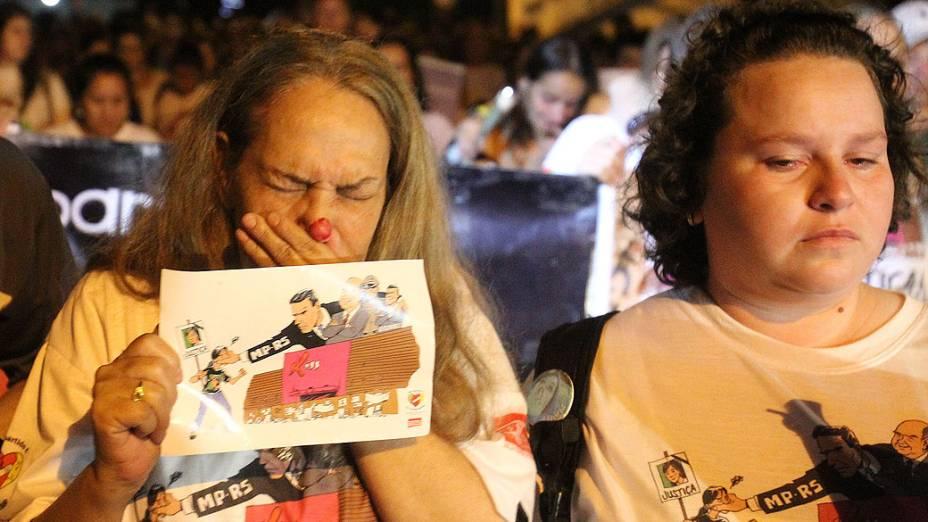 Amigos e familiares fazem vigília diante dos escombros da boate Kiss na madrugada de segunda-feira, 27, na cidade gaúcha de Santa Maria. O incêndio na boate ocorreu há exatamente um ano, na madrugada do dia 27 de janeiro de 2013