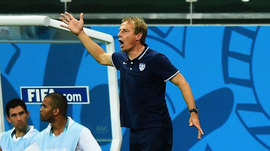 Técnico dos Estados Unidos durante o jogo contra a Bélgica na Arena Fonte Nova, em Salvador