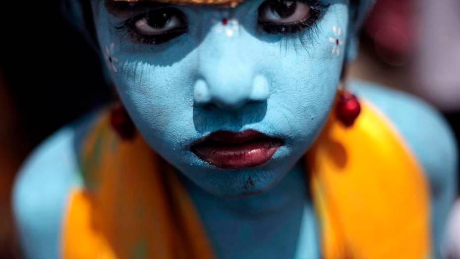 Criança participa da festa Janmashtami – que celebra o nascimento do deus hindu Krishna – em Mumbai, Índia