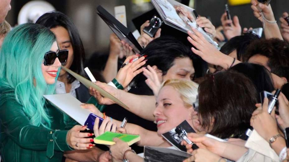 A cantora americana Lady Gaga dá autógrafos no aeroporto internacional de Narita, Japão